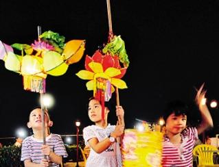 广州/人们把灯笼系在旗杆或竹竿上。