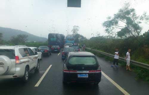 杜质摄/广汕高速路上道路指示牌被刮烂。杜质摄