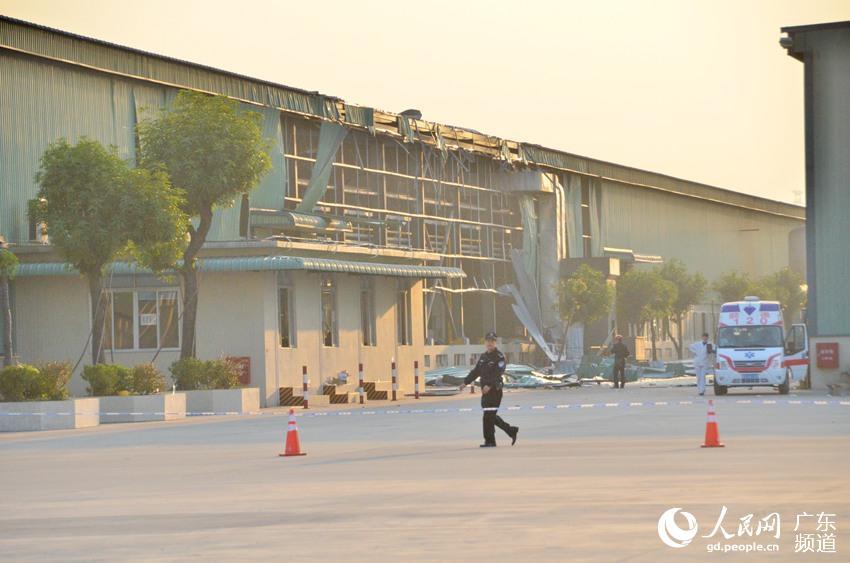 2014年12月31日上午9时30分,佛山顺德区勒流街道港口路的广东富华工程机械制造有限公司发生一起气体爆燃事故。该公司今天盘点停产,事故发生时,工人正对车间进行清洗。截至13时20分,事故已造成17人死亡、33人受伤。图为事故现场,警察拦起警戒线。