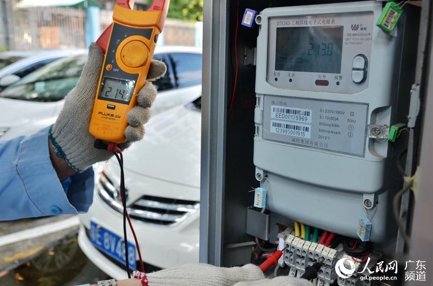 用钳表测试经电能表的电压,电流,看与电能表显示是否一致.