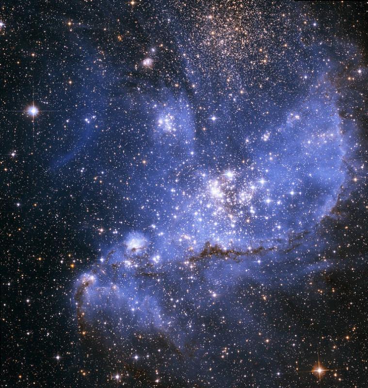 """哈勃望远镜拍到""""恒星摇篮"""" 新星被蓝雾包裹"""