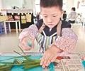 """3岁童幼儿园""""操刀""""做饭        老师说,在幼儿园,这项学习从小班起就要所有孩子参加,有的孩子那时还不到3岁。"""