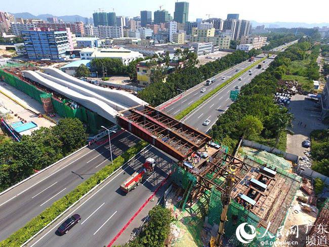 中铁广州局创新顶推法 4600吨重梁桥跨过高速公路