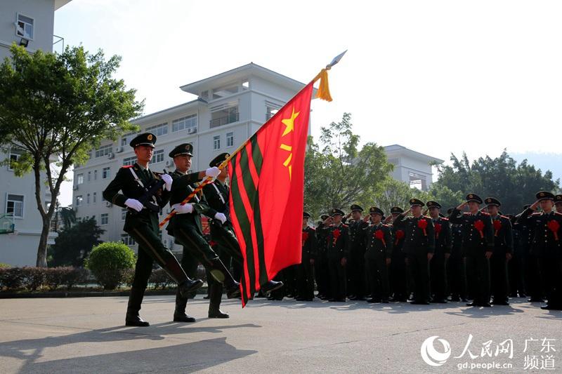 武警广东总队某部举行退役老兵向军旗告别仪式