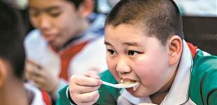 """广州要求学校负责人与学生共同用餐        <a href="""" http://gd.jssksw.com/n2/2019/0315/c123932-32743574.html"""" target=""""_blank"""" 3月14日,广州市教育局发布了《广州市加强2019年春季学校食品安全工作的通知》。"""