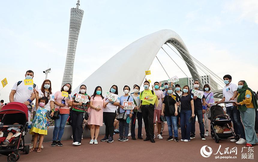 外国游客在海心桥上合影。 人民网 马晓楠摄