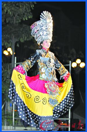 设计的灵感源自彝族服饰,整套服装以黑色为基调,并配以红色和黄色.