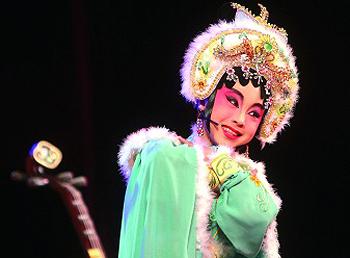 在舞台上时而天真活泼,时而聪明伶俐,把小红娘演得惟妙惟肖,煞是可爱