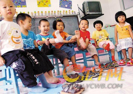 幼儿园小班新生上第一节生活课——学习自己穿鞋新华社图